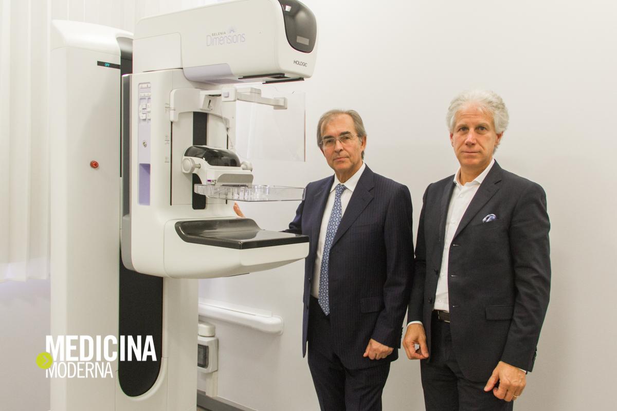 il Dottor Coran e Vincenzo Papes davanti al mammografo digitale 3D con tomosintesi