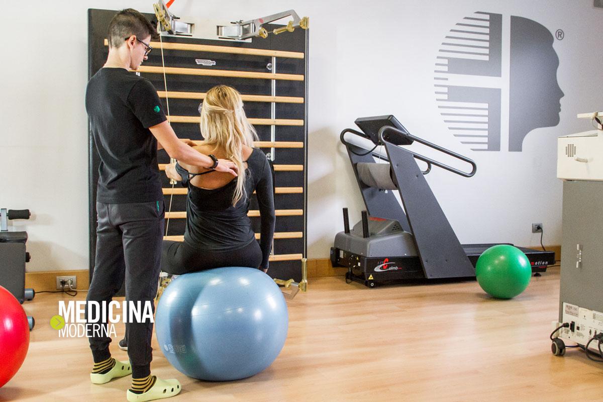 la fisioterapista illustra a Valentina Acciardi i movimenti corretti della spalla