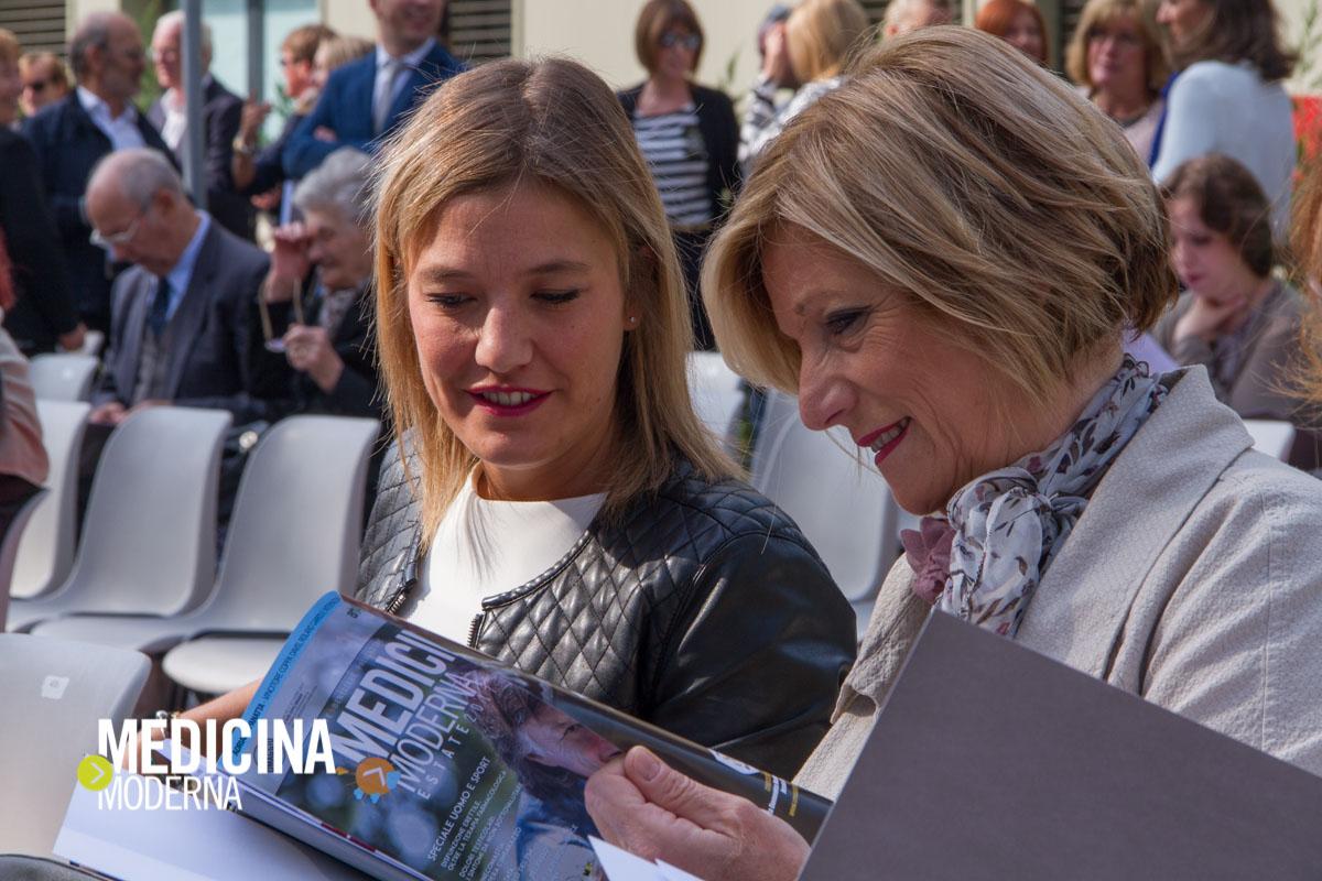 signore leggono Medicina Moderna durante l'evento di inaugurazione del restyling di Casa di Cura Villa Maria a Padova