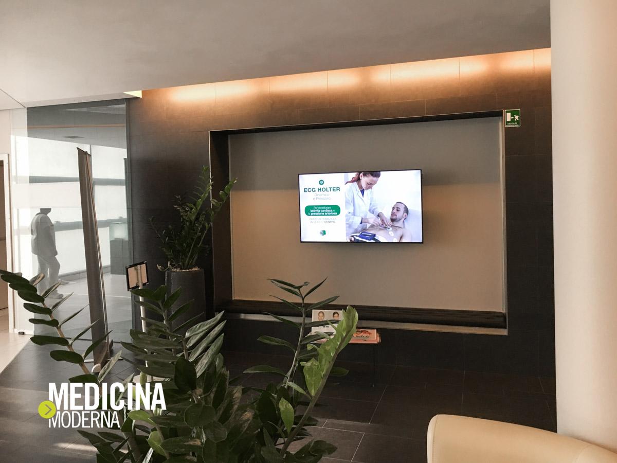 servizi di Centro di medicina Day Clinic Verona scorrono nel monitor in sala d'attesa